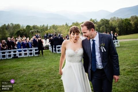 Stowe, fotojournalist van het huwelijk van Vermont de bruid en bruidegom verlaten de buitenceremonie en verheugen zich met elkaar