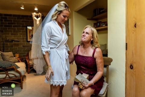 La mère devient émue alors que la mariée se prépare pour le mariage à Encintas, en Californie