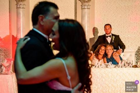 Marina Del Rey Wedding Fotojournalist | De bruid die van Californië met haar vader bij de huwelijksontvangst dansen