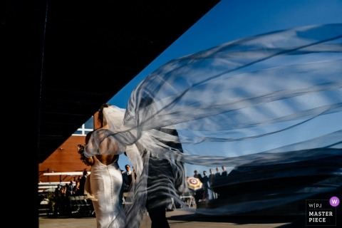 ARGONAUT RIJCLUB, TORONTO huwelijksfoto van bruid die met sluier het stromen loopt