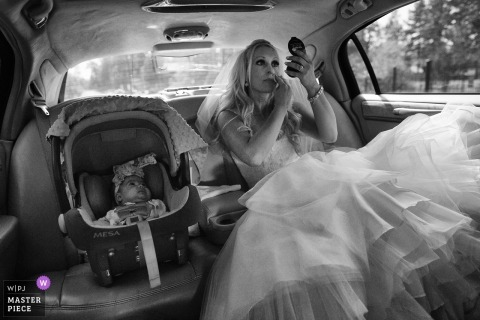 South Lake Tahoe, Nevada trouwfoto van de bruid in de limo make-up te zetten.