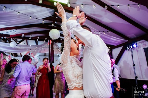 Harghita Wedding Fotojournalist | huwelijksreceptie foto van de bruid en bruidegom dansen in Roemenië