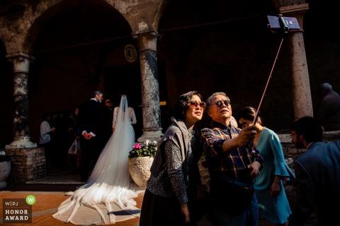 Invitados o posiblemente espectadores, tratando de obtener una buena selfie durante la ceremonia de Hungría.