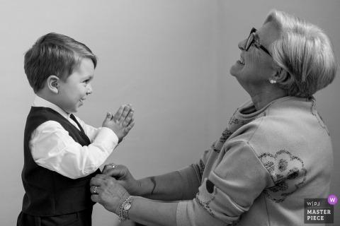 Arezzo Wedding Fotojournalist | een kleine jongen heeft zijn vest dichtgeknoopt