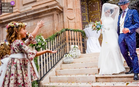 Murcia Wedding Fotojournalist | Spanje Kerkfotografie van de bruid en de bruidegom die samen de treden afkomen