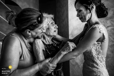 Reggio Calabria Wedding Fotojournalist | de bruid deelt voor de ceremonie een moment met haar moeder en grootmoeder