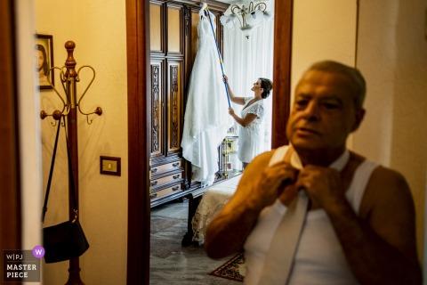 Reggio Calabria Wedding Fotojournalist | vader van de bruid die zijn stropdas voorbereidt