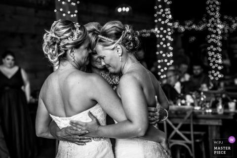 Minnesota bruiloftsreceptie knuffels op de dansvloer.