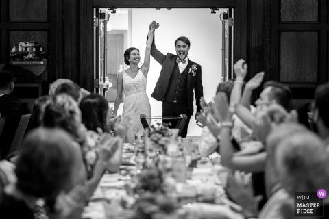Madison Wedding Fotojournalist | de bruid en de bruidegom vieren met gasten tijdens deze het huwelijksontvangst van Wisconsin