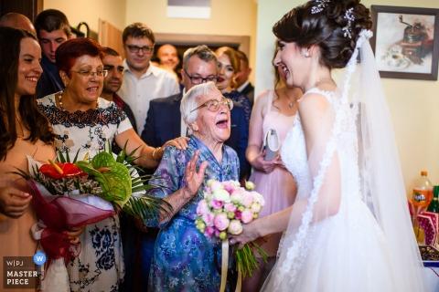 Hochzeitsgäste mit Braut | Hochzeitsgenerationen in Sofia, Bulgarien