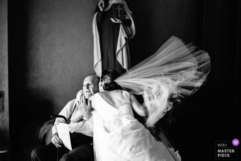 New Prague, MN Wedding Photojournalist | la sposa abbraccia suo padre - fotografia di matrimonio in bianco e nero