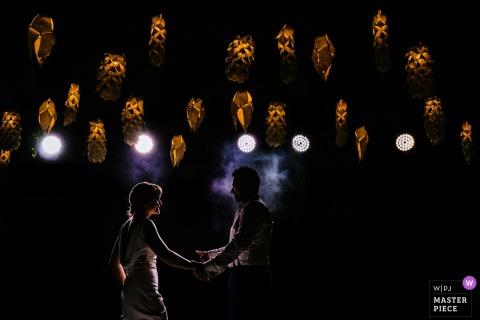 由CC,Wadduwa婚禮招待會在別墅的燈光下跳舞的新娘和新郎