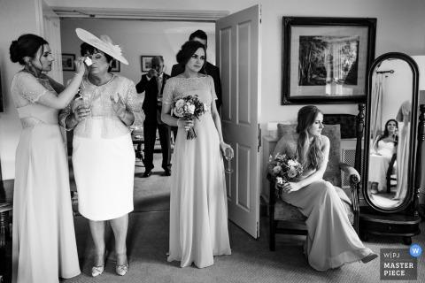 Wicklow, Ierland maakt zich klaar voor fotografie in de bruidssuite met meerdere bruidsmeisjes klaar voor ceremoniële actie