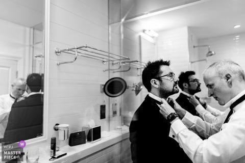 Kilkenny, Irland Hochzeitsfotojournalist | Vorbereitung der Bräutigam Krawatte im Badezimmer