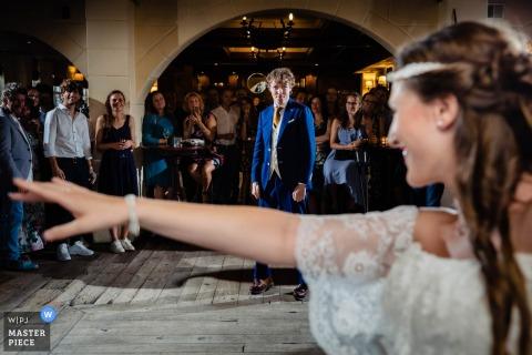 Eindhoven trouwfoto | de bruid kijkt over haar schouder naar haar man op de dansvloer