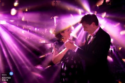 Photojournalist Provence Wedding | paarse DJ-lampjes op de dansvloer voor dit paar