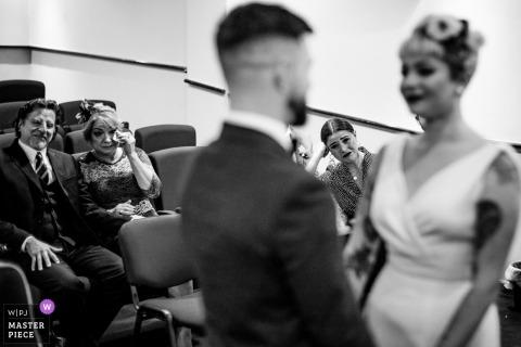 Fotojournalist van Dublin Wedding | gasten veeg tranen tijdens deze indoor huwelijksceremonie in Leinster