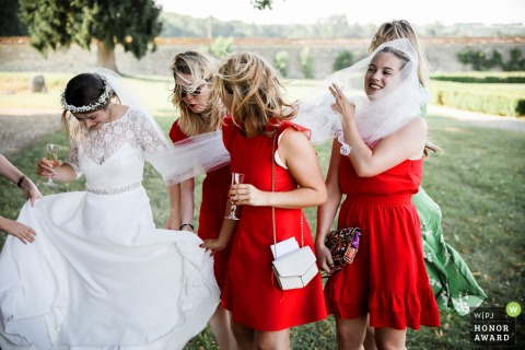 Frankreich Brautjungfern helfen beim Anziehen der Braut und werden in ihren Schleier gehüllt