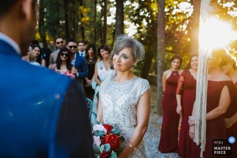 Portofino ceremonie van het huwelijk foto's de bruid kijkt in de ogen van haar bruidegom terwijl de zon ondergaat tijdens hun buitenceremonie in Genua