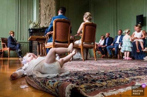 kryta ceremonia ślubna dzieci bawiące się w Stadhuis - Goes (Holandia)