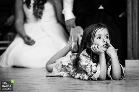 Niña robando el foco de atención durante la ceremonia en Alcalá de Henares, Madrid