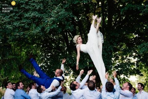 Pau, France Le marié et la mariée sont projetés en l'air à la réception