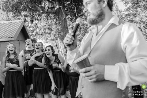 Le damigelle ridono mentre il testimone dice il suo discorso - Foresthill, Ca Fotografia di matrimonio in bianco e nero