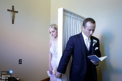 Indiana Wedding Photojournalist | panna młoda i pan młody trzymają się za ręce i czytają karty przed ceremonią