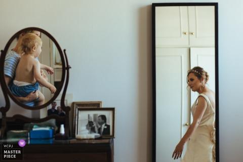 Dubbele spiegels weerspiegelen deze bruid en een klein kind in Londen, Engeland