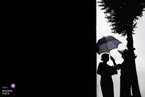 Tower of London bruid gebruikt een paraplu op haar regenachtige trouwdag