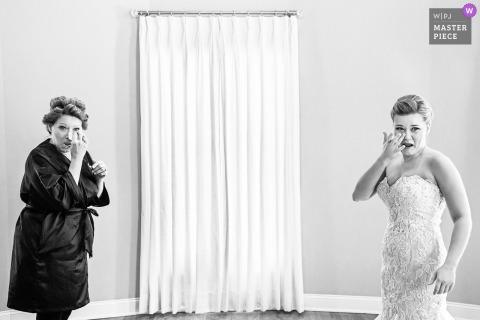 New Jersey Wedding Fotojournalist | zich klaar maken met gewaden en krulspelden