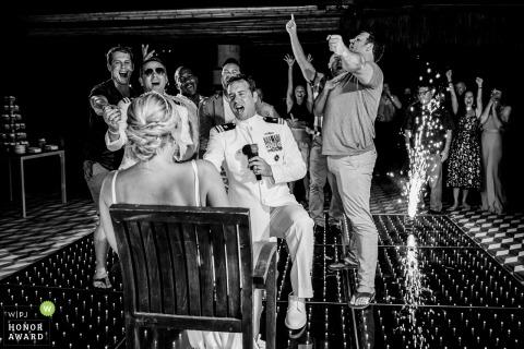 Der Bräutigam und die Trauzeugen singen und tanzen während des Hochzeitsempfangs der Halbinsel Yucatan zur Braut