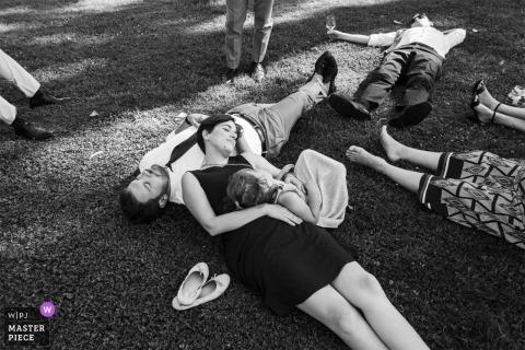 Itay Wedding Fotojournalist | Castelletto Ticino ontspannende gasten bij de bruiloftsreceptie buiten op het gras