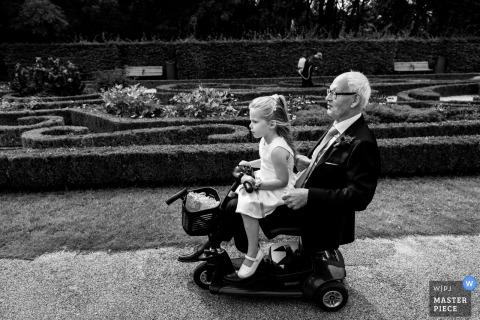 Rotterdam - Nederland huwelijksreceptie plezier - een jong meisje maakt een ritje op een elektrische scooter / rolstoel