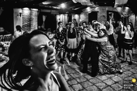 Athene bruiloft receptie strijd op de dansvloer voor de bruid boeket
