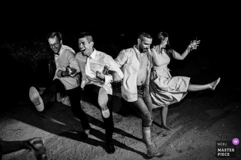 Fotojournalist van het huwelijk van Sardinië Bruid en bruidegom die van Cagliari 's nachts dansen in zwart-witte foto van de ontvangst