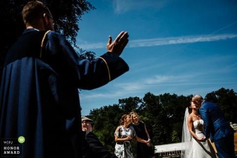 arnhem Die Gäste beobachten, wie Braut und Bräutigam sich küssen, um ihre Zeremonie im Freien offiziell zu machen