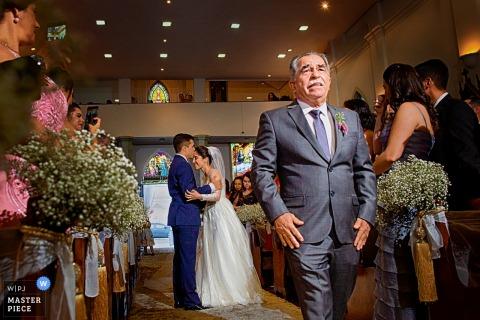 Goiânia Hochzeitsfotojournalist | Der Vater gibt seine Tochter bei dieser Hochzeitszeremonie in der brasilianischen Kirche ab