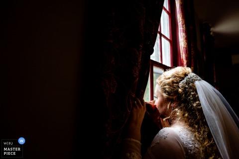 Bruid kijkt uit raam | Stevenson Ridge, VA