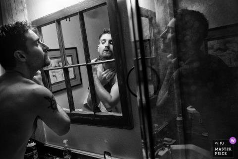 Chester, CA Wedding Fotojournalist | de bruidegom maakt zich klaar en scheert voor zijn huwelijksceremonie in deze een zwart-witfoto