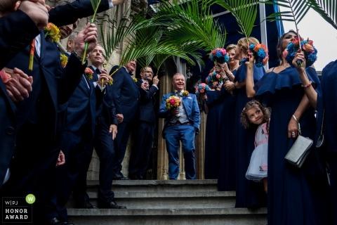 Todos esperan entusiasmados antes de que la novia llegue a la ceremonia de Flandes.