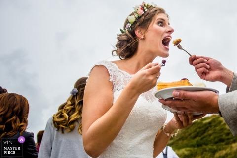 Hesse Photojournaliste de mariage | La mariée allemande mange des hors-d'œuvre lors de sa réception de mariage en plein air