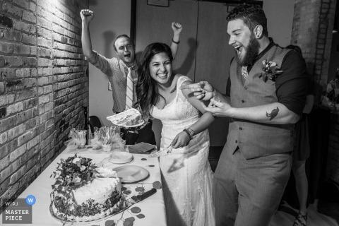 È il momento di tagliare la torta per questa sposa e lo sposo al loro ricevimento di matrimonio a Madison Wisconsin