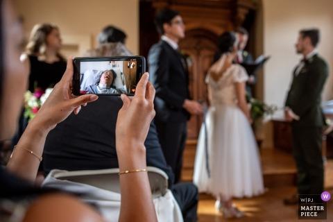 Fotoreporter di matrimoni Madison La cerimonia di matrimonio al coperto del Wisconsin è trasmessa via FaceTime per un membro della famiglia