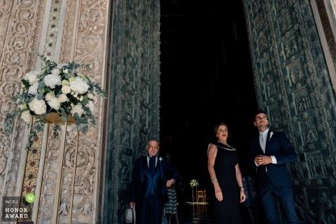 Oblubieniec w kościele ze swoją matką i ojcem narzeczonym przed ceremonią we Włoszech