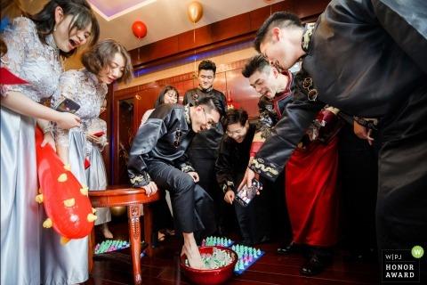 Los juegos en la puerta de China para los padrinos de boda incluyen la inmersión a pie en agua helada - el día real de la boda en Zhejiang