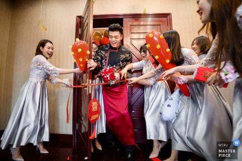 Hangzhou City Wedding Photojournalist | Zhejiang crashing the gate past the bridesmaids on wedding day