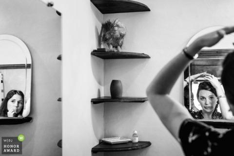 Klaar in Lyon, Frankrijk - trouwfoto van bruidsmeisjes doen haar in spiegels