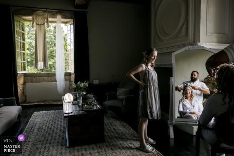 Preparándose momento en el espejo en Dordogne, Francia