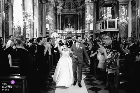 Genua Braut verlässt die Kirche mit dem Bräutigam als Gast auf ihrem Schleier - Portofino Hochzeitsfotograf